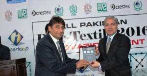 Mr. Humayon Javed Khan recieving the main sponsor's shield on behalf of Interloop Ltd