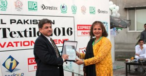 Award of shield to Dr. Khursheed Qureshi Chairperson Dice Foundation USA